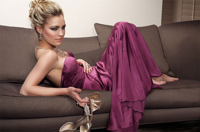 紫のドレスの美人女性