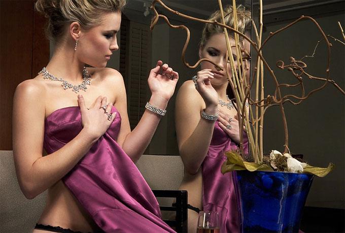 紫のドレスでポーズの取る美人女性