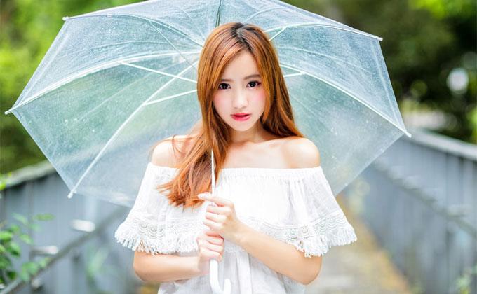 傘を指している美人女性