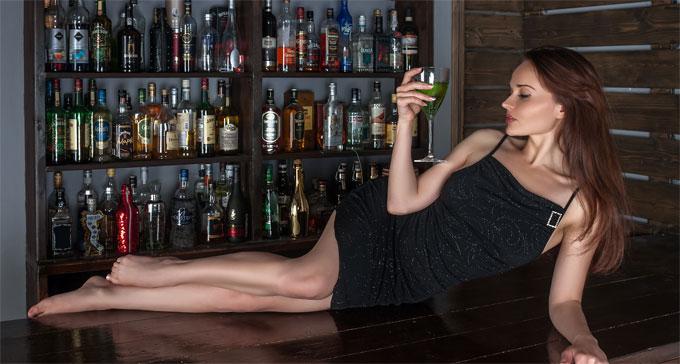 ワインを飲んでいる美女