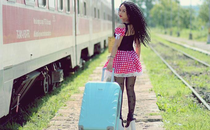 出稼ぎ風俗おすすめ スーツケースを持ち電車に乗る女性